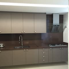 Kitchen units by Manuela Castro Arquitetura,