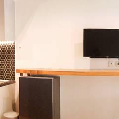 CF/6 Studio: Ruang Makan oleh INK DESIGN STUDIO,