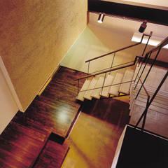 内路地のアトリエ: 造形工房 平尾アトリエが手掛けた廊下 & 玄関です。