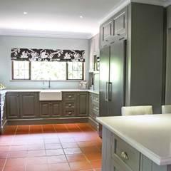 Burton Ave:  Kitchen by House Couture Interior Design Studio, Classic