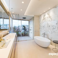 eclectic Bathroom by EspacioInterior