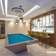 Billar / Bar: Habitaciones de estilo ecléctico por EspacioInterior
