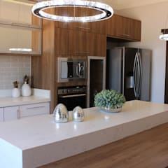 Built-in kitchens by ISADORA MARTEL INTERIORES E PAISAGISMO