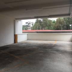 LB21: Garajes abiertos de estilo  por Arkalli, Moderno Concreto reforzado