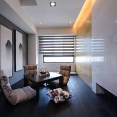 和室:  書房/辦公室 by 見本設計
