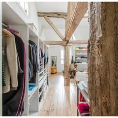 Reforma de Atico en Pamplona: Vestidores de estilo  de TALLER VERTICAL Arquitectura + Interiorismo
