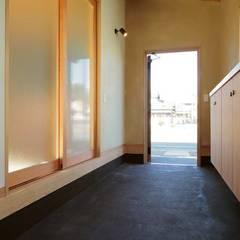 通り土間のある家 クラシカルスタイルの 玄関&廊下&階段 の ヒロ設計室 クラシック