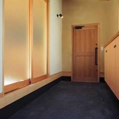 通り土間のある家: ヒロ設計室が手掛けた廊下 & 玄関です。
