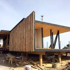Fachada Norte en Construcción: Cabañas de estilo  por Nido Arquitectos