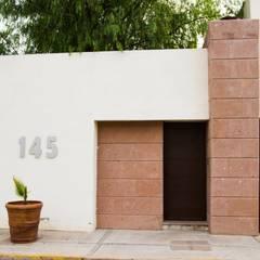 FACHADA PRINCIPAL: Villas de estilo  por Arq. Beatriz Gómez G.