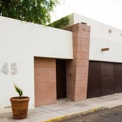 fachada hacia la calle : Villas de estilo  por Arq. Beatriz Gómez G.
