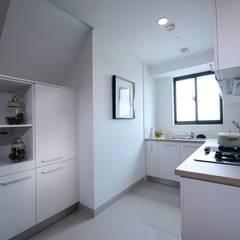 廚房:  餐廳 by 見本設計