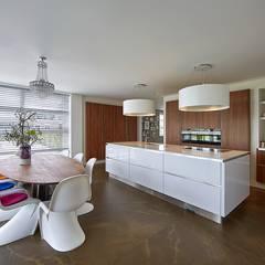 Moderne jaren 30 woning met parabooldak :  Keuken door Brand BBA I BBA Architecten
