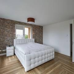 Jaren 30 woning met riet:  Slaapkamer door Brand BBA I BBA Architecten