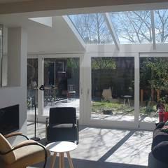 interieur uitbreiding: moderne Woonkamer door Studio Blanca
