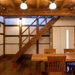 1階サロン 階段下はパントリー。: (有)クエストワークス一級建築士事務所が手掛けたダイニングです。