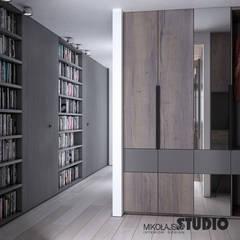 miejsca do przechowywania w nowoczesnej odsłonie: styl , w kategorii Korytarz, przedpokój zaprojektowany przez MIKOŁAJSKAstudio