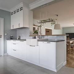 Built-in kitchens by HOLADOM Ewa Korolczuk Studio Architektury i Wnętrz