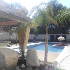 RESIDENCIA: Albercas de jardín de estilo  por Bello diseño interior