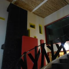 DISEÑO DE ESCALERAS: Pasillos y recibidores de estilo  por Bello diseño interior