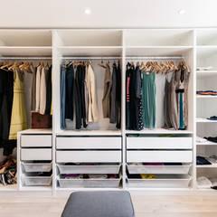 Dressing: Dressing de style de style Moderne par MadaM Architecture