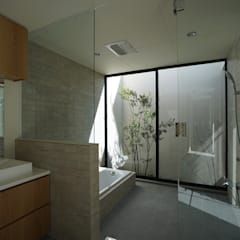 RENOVATION N: 武藤圭太郎建築設計事務所が手掛けた浴室です。,モダン