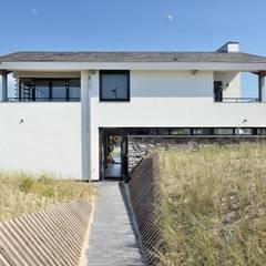 Luxe villa in de duinen: mediterrane Huizen door BNLA architecten