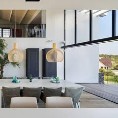 Luxe villa in de duinen:  Eetkamer door BNLA architecten