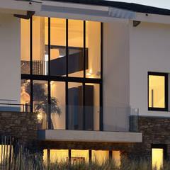 Luxe villa in de duinen:  Huizen door BNLA architecten