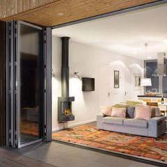 Luxe vakantiehuisje in de duinen van Vlieland:  Woonkamer door BNLA architecten