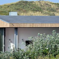 Luxe vakantiehuisje in de duinen van Vlieland:  Huizen door BNLA architecten