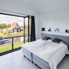 Modern woonhuis aan het water:  Slaapkamer door BNLA architecten,