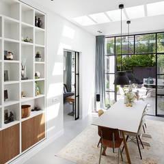 Lichte luxe woning grenzend aan de tuin:  Eetkamer door BNLA architecten