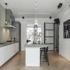 Lichte luxe woning grenzend aan de tuin:  Keuken door BNLA architecten