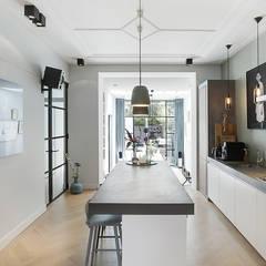 Lichte luxe woning grenzend aan de tuin: moderne Keuken door BNLA architecten