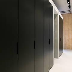 Strak, modern en duurzaam interieur met karakter:  Kleedkamer door BNLA architecten