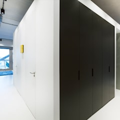 Strak, modern en duurzaam interieur met karakter:  Kleedkamer door BNLA architecten,