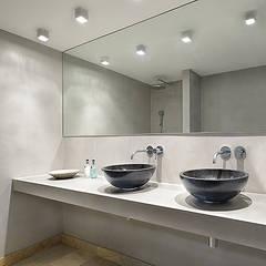 Ruime stadswoning met uitzicht op de grachten:  Badkamer door BNLA architecten