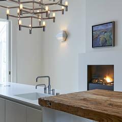 Modern ontwerp in monumentale stadswoning: moderne Keuken door BNLA architecten
