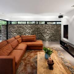 Bosrijk wonen in een droomvilla:  Woonkamer door BNLA architecten, Modern