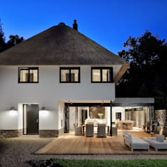 Bosrijk wonen in een droomvilla:  Huizen door BNLA architecten, Modern