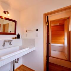 琵琶湖の家: URBAN GEARが手掛けた浴室です。