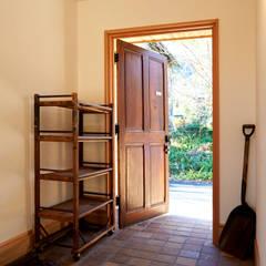 玄関: URBAN GEARが手掛けた廊下 & 玄関です。