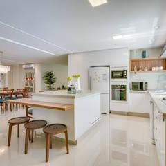 Muebles de cocinas de estilo  por Estúdio Pantarolli Miranda - Arquitetura, Design e Arte
