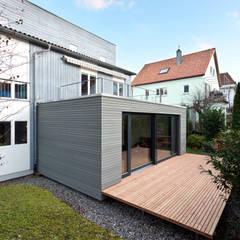 Wohnkubus Anbau:  Holzhaus von schwarzwälder design zieht ein