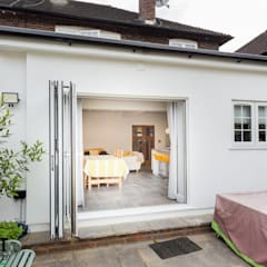 BEAUTIFUL, LIGHT KITCHEN EXTENSION IN LONDON:  Doors by The Market Design & Build, Modern