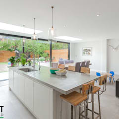 STUNNING NORTH LONDON HOME EXTENSION AND LOFT CONVERSION:  Dining room by The Market Design & Build