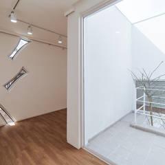청향실(聽香室): AAPA건축사사무소의  실내 정원,모던
