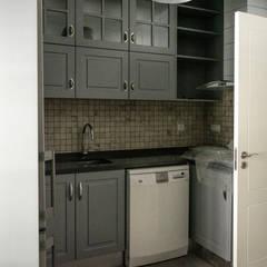 Renovação de habitação em Beja: Armários de cozinha  por Grupo Norma