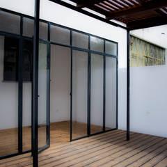 Renovação de habitação em Beja: Jardins de fachada  por Grupo Norma